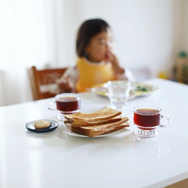 グッドモーニングコーヒー&チーズサンドトースト。と、sora cafeでもらったハロウィンクッキー。うまい! (Instagram)
