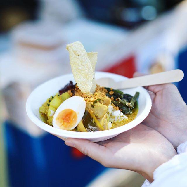 岐阜の八幡神社でやってる #ミチクサエンニチ に遊びに来たよ。Dhire Dhire Curryのスリランカカレーでお昼ごはん。うまい!#オニマガ岐阜散歩 #dhiredhirecurry (Instagram)