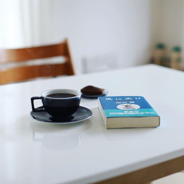 誰も起きてこないのでグッドモーニングコーヒー&のんびり読書。きのう岐阜の古本屋さんで買った開高健の人生相談の本が面白すぎて爆笑中な月曜日の朝。うまい! (Instagram)