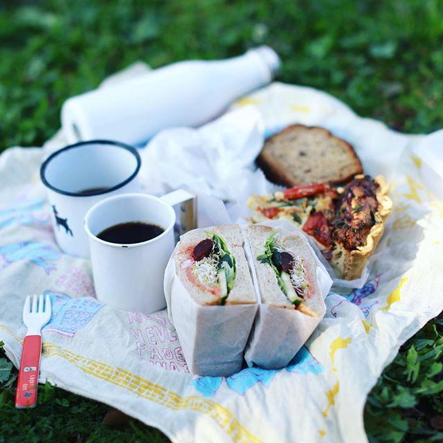 グッドモーニングピクニック。ハッシェルカフェでサンドイッチとキッシュを買って公園で朝ごはん。うまい! (Instagram)