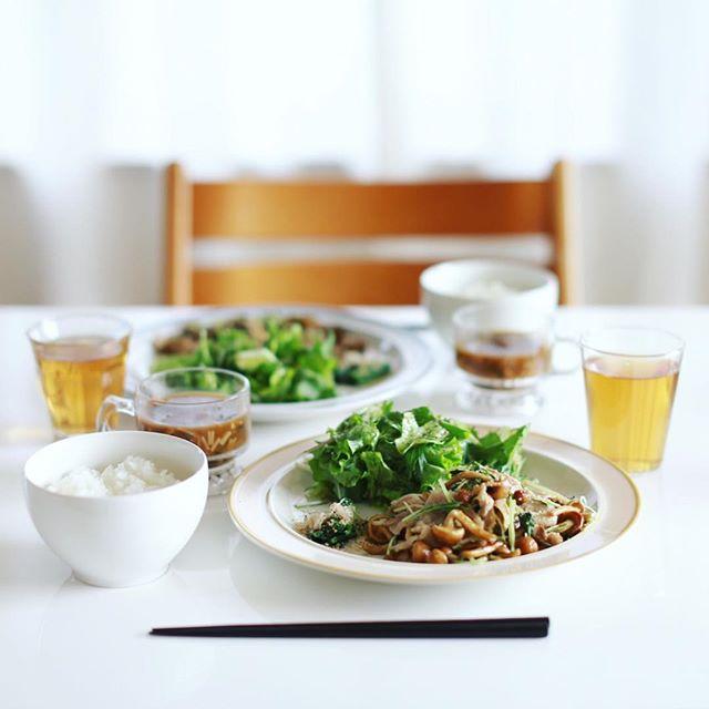 今日のお昼ごはんは豚肉となめこと水菜の炒めもの、ルッコラのおひたし、葉っぱいろいろのサラダ、さつまいものお味噌汁、土鍋ごはん。うまい! (Instagram)