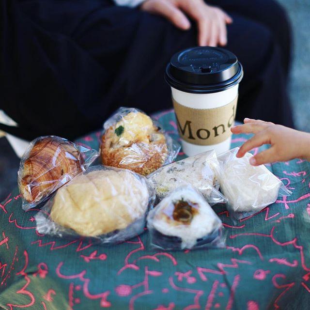 有松でやってるA STOREHOUSE(エー・ストアーハウス)に遊びに来たよ。竹田嘉兵衛商店の中庭でお昼ごはん。おにぎりやさんのおにぎりと+ICHICAFEのパンとMondのコーヒー&薬膳茶。うまい!#オニマガ名古屋散歩 #astorehouse (Instagram)
