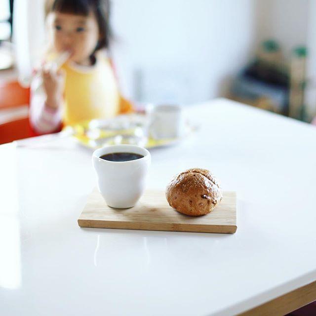 大須ベーカリーのくるみのパンでグッドモーニングコーヒー。うまい! (Instagram)