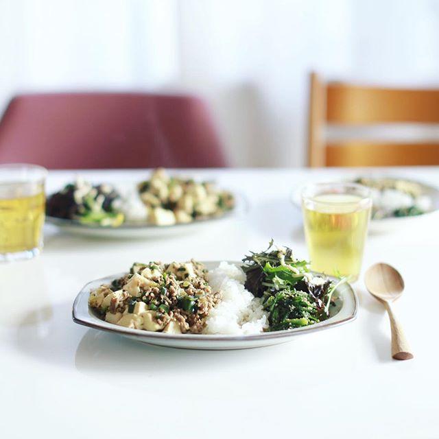 今日のお昼ごはんは麻婆飯with春菊の胡麻和えと葉っぱのサラダ。うまい! (Instagram)