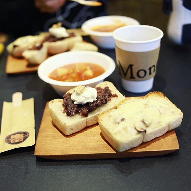鶴舞のMondにさちぱんモーニング食べに来たよ。マッシュルームソースのクロックムッシュと柚子ピールあんこの小倉トーストと根菜ミネストローネ&コーヒー。うまい!#オニマガ名古屋散歩 (Instagram)