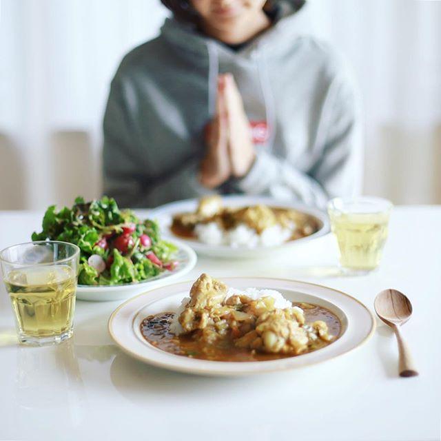 今日のお昼ごはんは、手羽元のカレー、焼きラディッシュとレタスのサラダ。うまい! (Instagram)