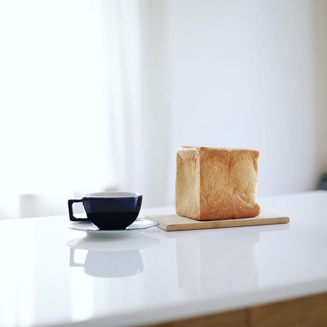 伏見にできた食パン専門店Fleur de luxe(フルール ドゥ リュクス)のパンでグッドモーニングコーヒー。昨日むしゃむしゃと半分食べちゃったので残りの半分。うまい! (Instagram)