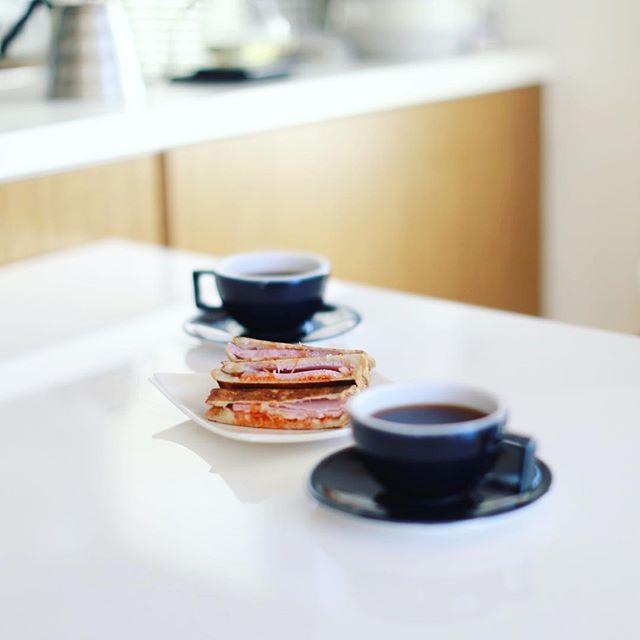 グッドモーニングコーヒー&キャロットラペハムチーズホットサンド。うまい! (Instagram)