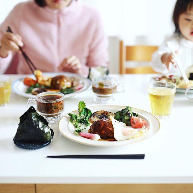 今日のお昼ごはんは、ハンバーグwith目玉焼き、ラディッシュと玉ねぎとピーマンの焼いたやつ、トマト、冬瓜とさつまいものお味噌汁、おにぎり。うまい! (Instagram)