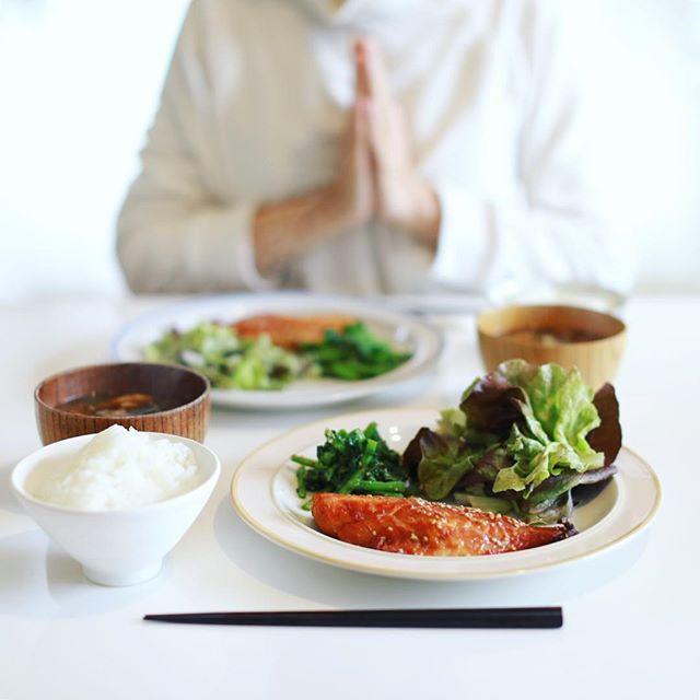 今日のお昼ごはんは、赤魚のみりん干し、からし菜のおひたし、なんとかレタスのサラダ、さつまいもとキャベツとキノコのお味噌汁、白米。うまい! (Instagram)