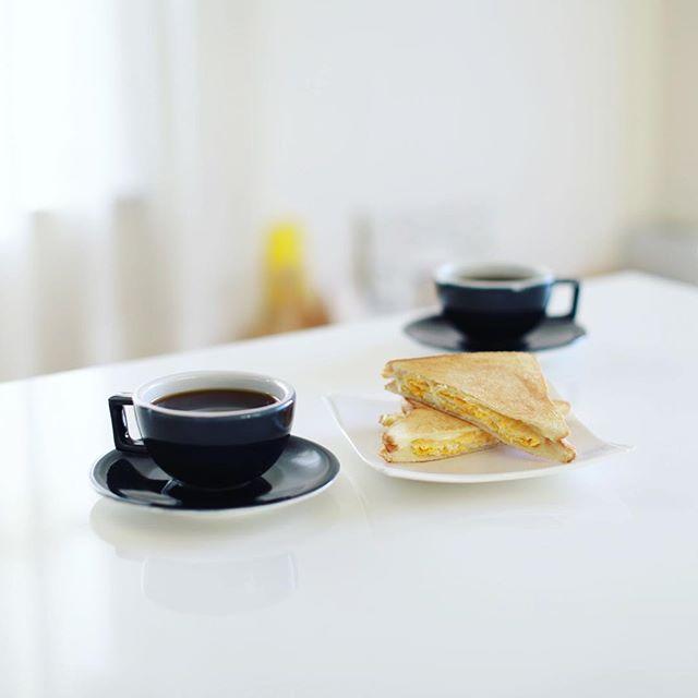 卵とチーズのホットサンドでグッドモーニングコーヒー。うまい! (Instagram)