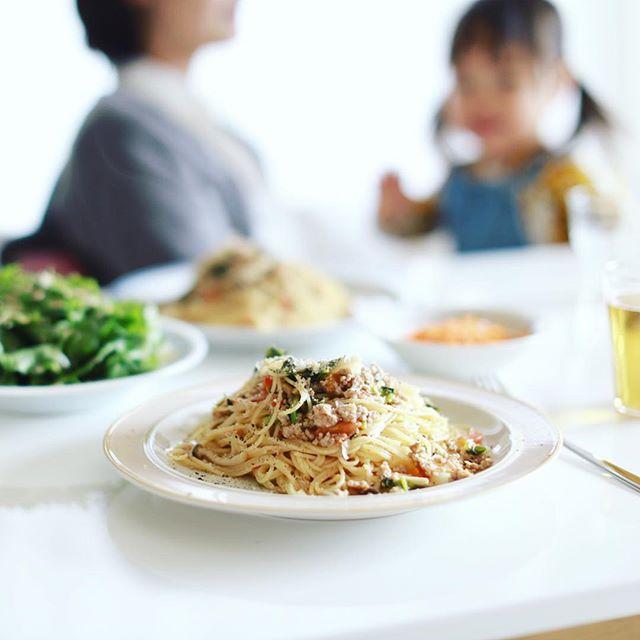 今日のお昼ごはんは、蕪とトマトとしめじと豚挽き肉のパスタ、レタスと水菜と胡桃のサラダ、キャロットラペカレー味。うまい! (Instagram)