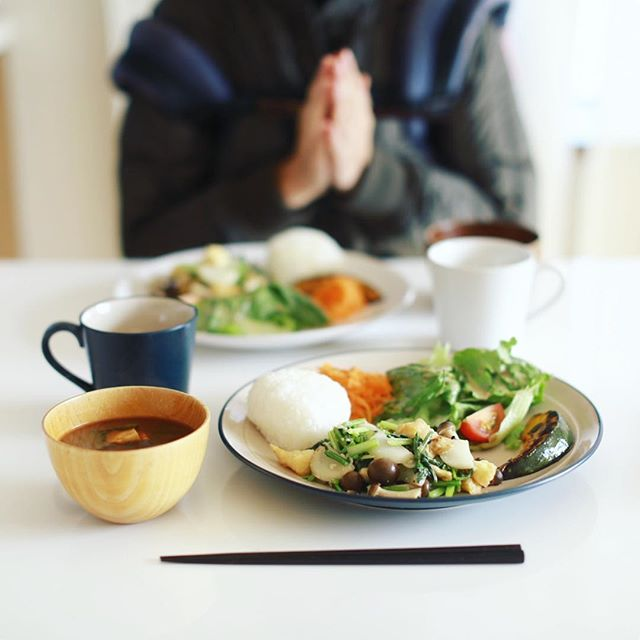 今日のお昼ごはんは、蕪と揚げとしめじの塩麹炒め、焼きかぼちゃ、レタスとトマトのサラダ、キャロットラペ、里芋のお味噌汁、おにぎり。うまい! (Instagram)