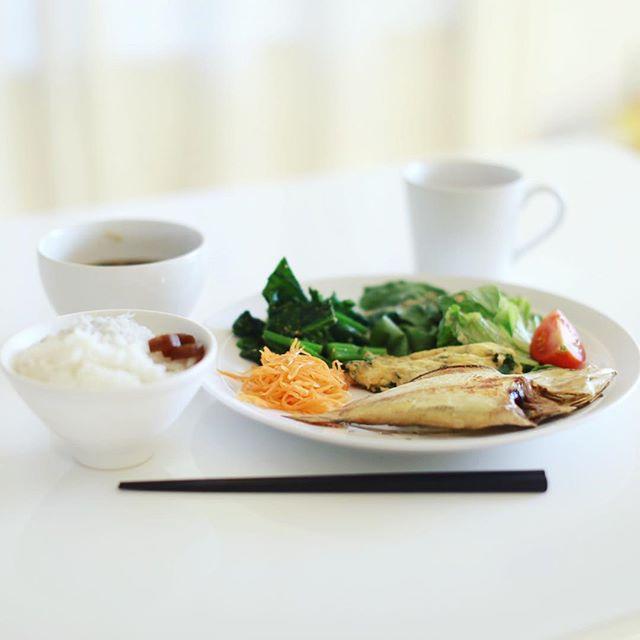 今日のお昼ごはんは、なんらかの魚の干物、パクチー卵焼き、からし菜のおひたし、キャロットラペ、レタスのサラダ、ミニトマト、さつまいもとキノコと玉ねぎのお味噌汁、しらすごはん。うまい! (Instagram)