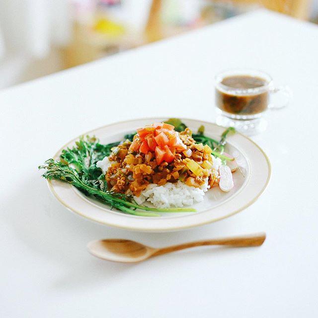 フレッシュトマトと冬瓜のドライカレーWithグリル野菜いろいろ、さつまいもとネギのお味噌汁。うまい! (Instagram)