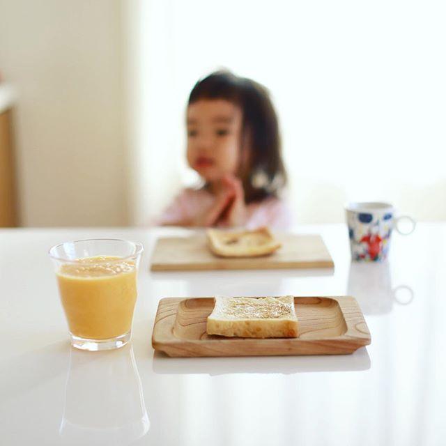 よいことパンの食パンでメープルバタートースト&グッドモーニングバナナみかんジュース。うまい! (Instagram)