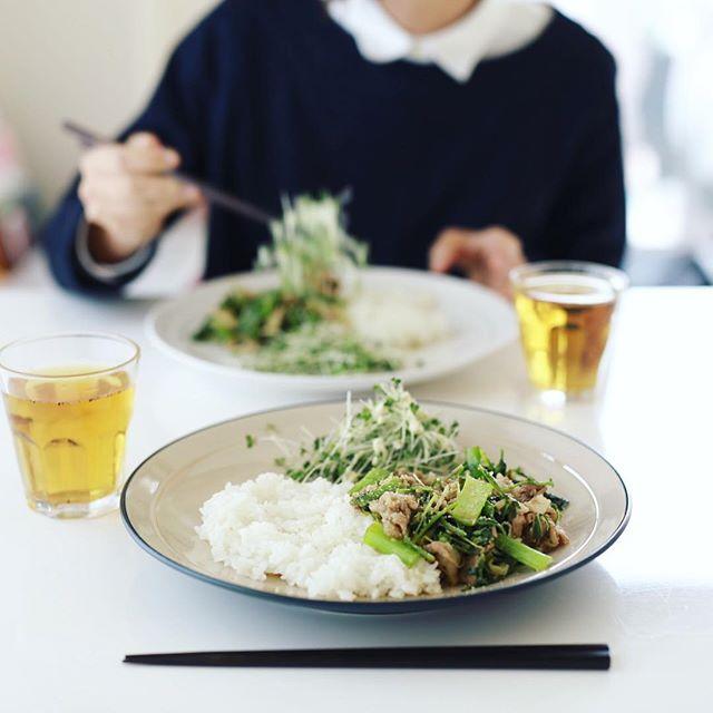 今日のお昼ごはんは、和風八宝菜ごはん&サラダ。冷蔵庫の在庫一掃メニュー。うまい! (Instagram)
