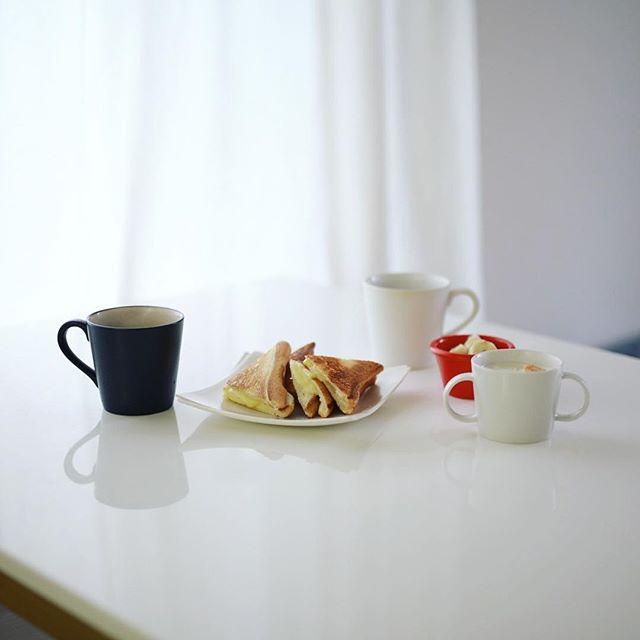 グッドモーニングコーヒー&チーズホットサンド。うまい! (Instagram)