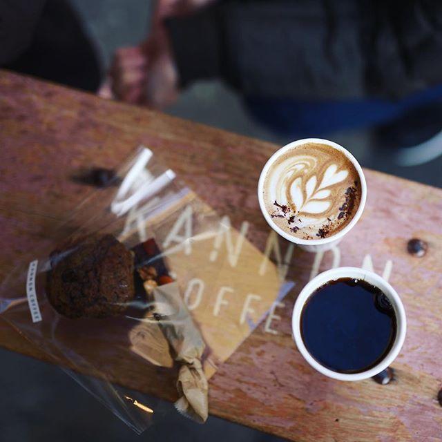 KANNON COFFEEでおやつタイム。キャラメルショコララテ&塩チョコレート、エチオピア&コーヒーキャラメルマフィン。うまい!#オニマガ名古屋散歩 (Instagram)