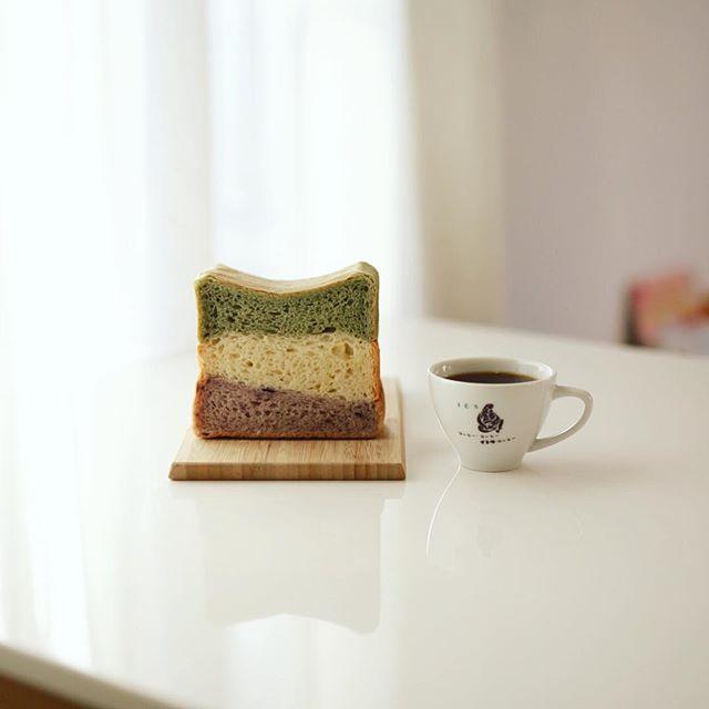 #Lotusbaquette #ロータスバゲット の3色ミックス食パンでグッドモーニングコーヒー。よもぎと蓮の実と有機ブルーベリーの3色。うまい! (Instagram)