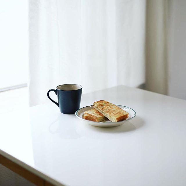 グッドモーニングコーヒー。ロータスバゲットの湯捏ね食パンでチーズホットサンド。うまい! (Instagram)