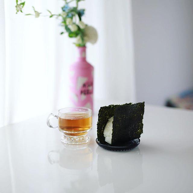 #onigiri グッドモーニング海苔だけおにぎり&傳六茶園のほうじ茶。うまい! (Instagram)