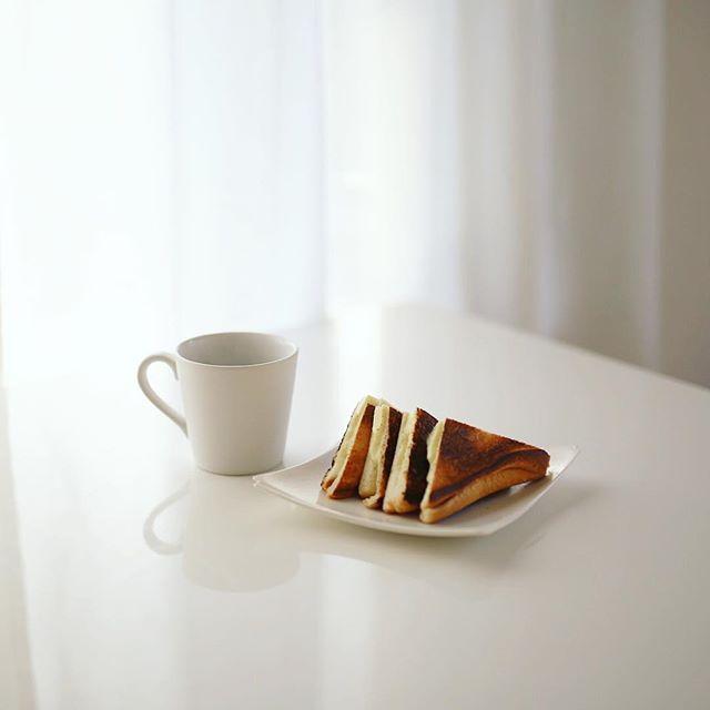 とろけるチーズととろけないチーズのWチーズホットサンドでグッドモーニングコーヒー。うまい! (Instagram)