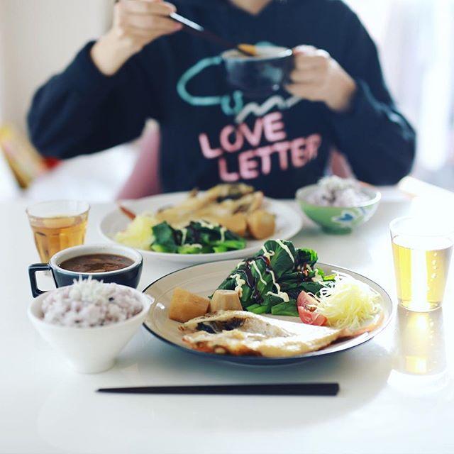 今日のお昼ごはんは、なんらかの魚の干物、里芋の煮物、小松菜の蒸したやつ、ミニトマト、キャロットラペ、蕪となめこのお味噌汁、黒千石大豆ごはん。うまい! (Instagram)