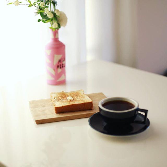 黒川の #北海道香熟パン極み の極み食パンでバタートースト&グッドモーニングコーヒー。一斤700円のなかなかの高級食パン。うまい! (Instagram)
