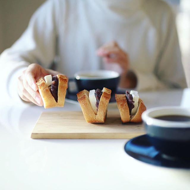 #lotusbaquette ロータスバゲットのフランスパンに小倉&クリームチーズをサンドしてグッドモーニングコーヒー。うまい! (Instagram)