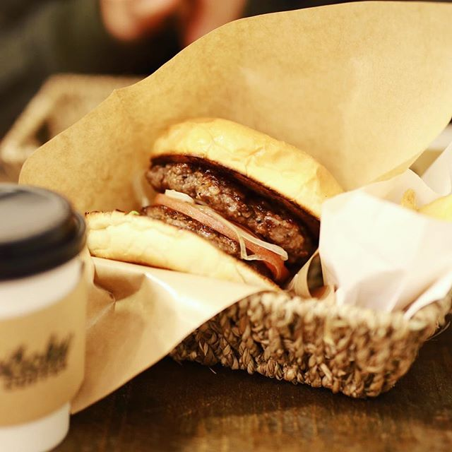 伏見のMeihoku COFFEEにハンバーガー食べに来たよ。ダブルバーガー&コーヒー。うまい!#オニマガ名古屋散歩-#メイホクコーヒー #meihokucoffee (Instagram)