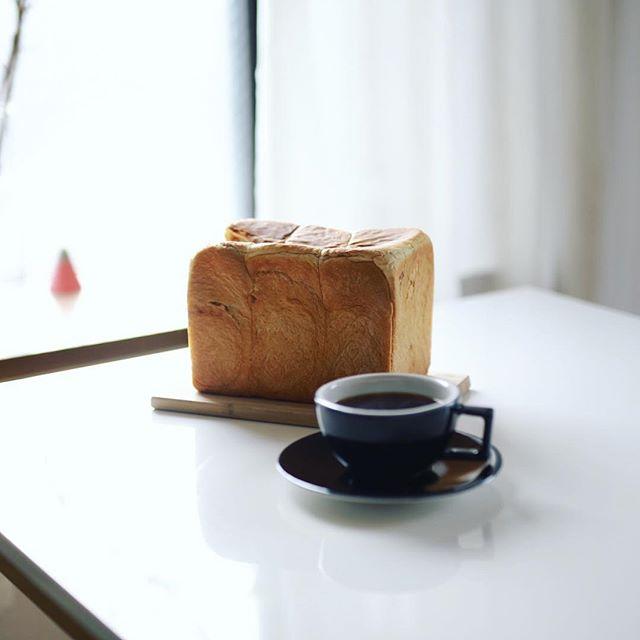 フルールドゥリュクスのメープル食パンでグッドモーニングコーヒー。丸かじり。うまい!#fleurdeluxe (Instagram)