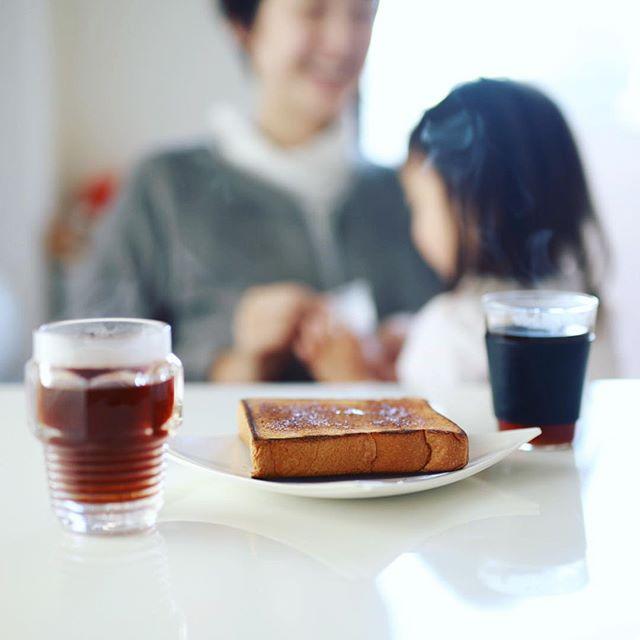 グッドモーニングコーヒー&バタートースト。ホットサンドメーカーのコツがちょっと掴めてきた朝。何もサンドしてないけど。うまい! (Instagram)