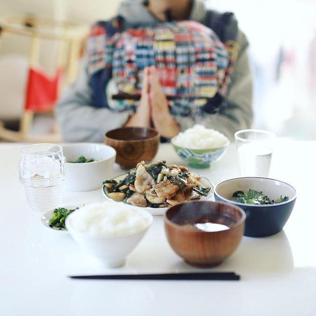 今日のお昼ごはんは、豚バラと蕪の塩麹炒め、からし菜のおひたし、チョップドサラダ、大根とえのきのお味噌汁、白米。今日からお米がさがびより。うまい! (Instagram)