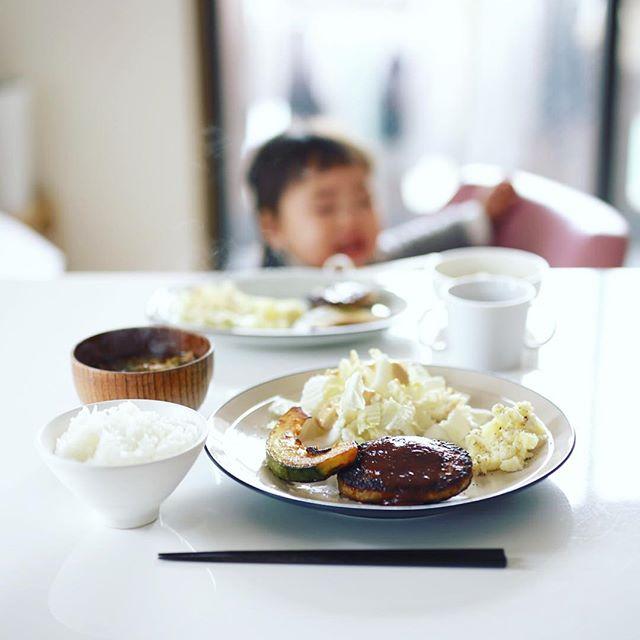 今日は子供と2人でお昼ごはん。ハンバーグ、焼きかぼちゃ、白菜サラダ、クリームチーズポテトサラダ、蕪と揚げのお味噌汁、白米。うまい! (Instagram)