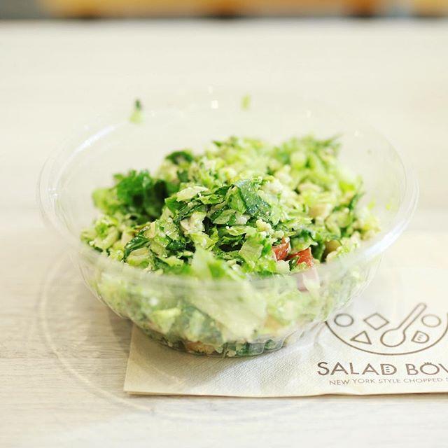 #saladabowl 名駅柳橋のチョップドサラダのお店サラダボウルにランチしに来たよ。チキンシーザー。野菜もっりもり。うまい!#オニマガ名古屋散歩 (Instagram)