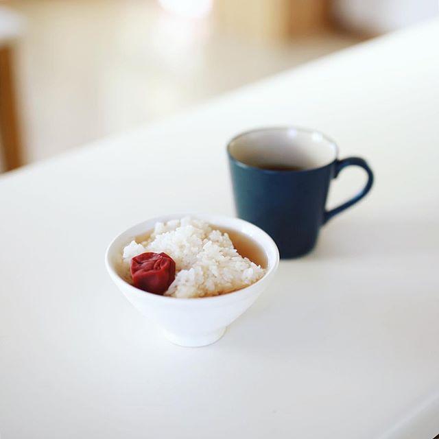 実家からもらって来た自家製梅干しでグッドモーニング茶漬け。うまい! (Instagram)