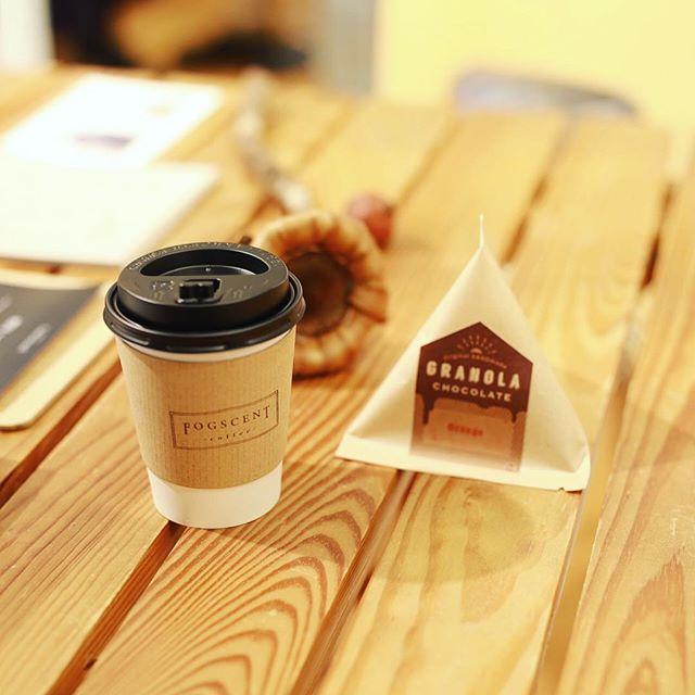 PelicanでFOGSCENT coffeeとHANDのグラノーラチョコオレンジ味でおやつタイム。うまい!#オニマガ名古屋散歩 (Instagram)