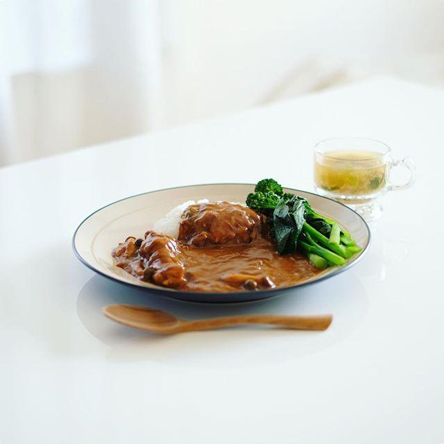 今日のお昼ごはんは、手羽元カレーwith温野菜スティックセニョールと小松菜のせ、里芋とネギのお味噌汁。うまい! (Instagram)