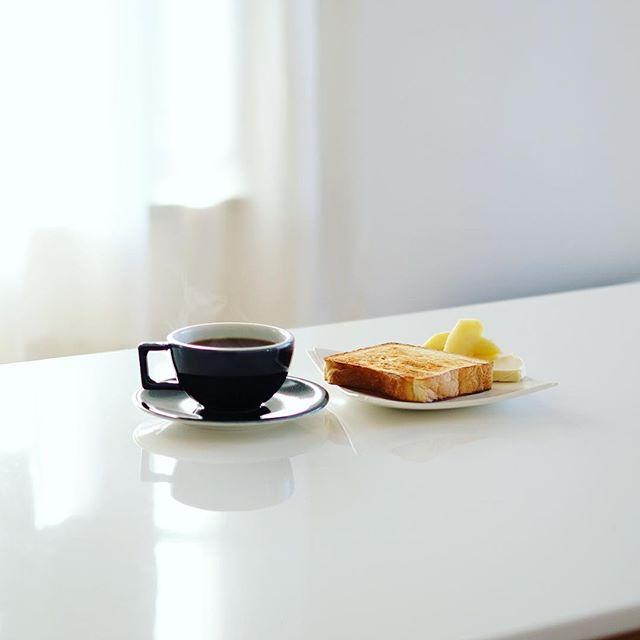 お土産にもらった大高のブーランジェリークラックマンのもちもち食パンでバタートースト&グッドモーニングコーヒー。米粉の湯種を使ったやつらしい。うまい! (Instagram)