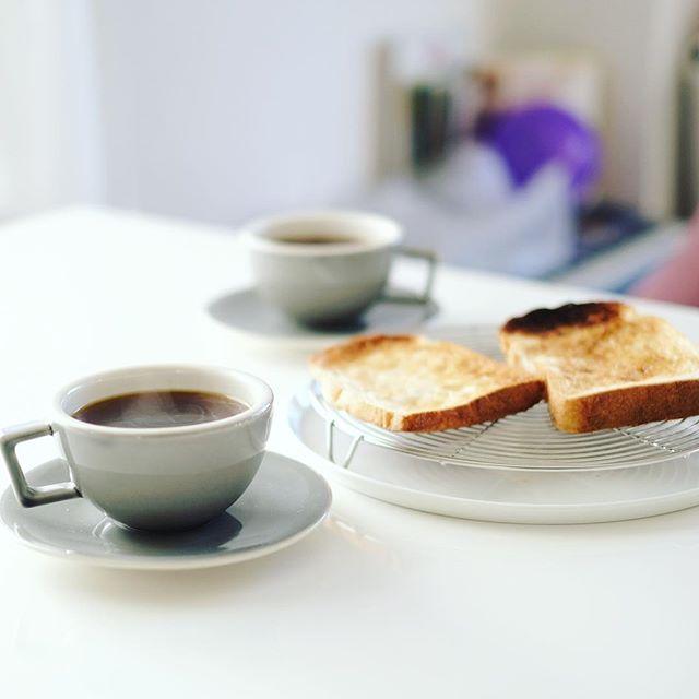 グッドモーニングコーヒー&トースト。今日からカップ&ソーサーが新しくなった。うまい! (Instagram)