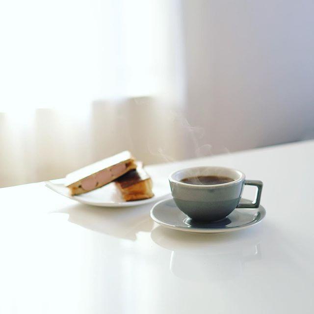 魚肉ソーセージとチーズのホットサンドでグッドモーニングコーヒー。うまい! (Instagram)