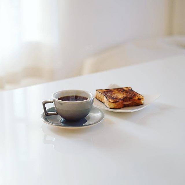 ハムチーズホットサンドでグッドモーニングコーヒー。今日もクラックマン。うまい! (Instagram)