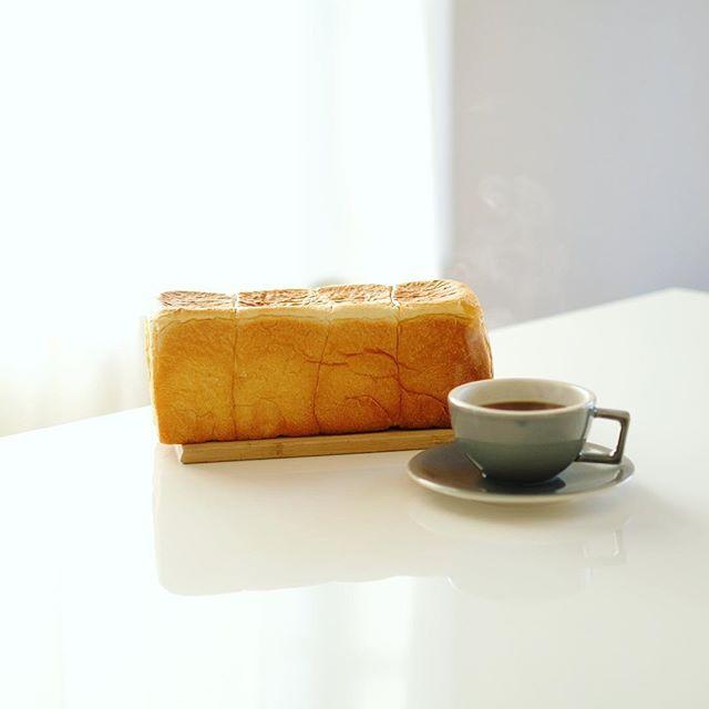 #ponshe シャルムベーカリー・ポンシェの食パン丸かじりでグッドモーニングコーヒー。桜山散歩のお土産。うまい! (Instagram)