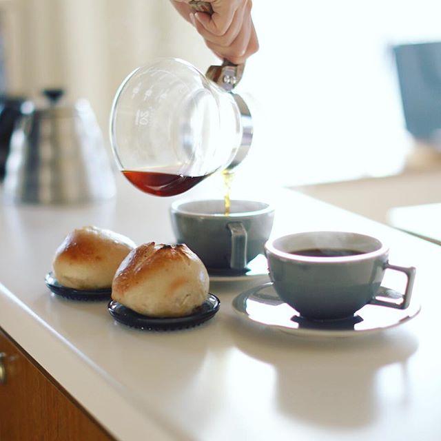 グッドモーニングサチパンベーグル&コーヒー。小倉クリームチーズとタタン。うまい!–#50mmf12 (Instagram)