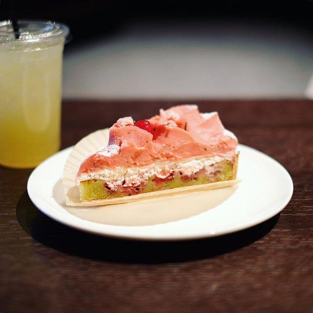 フラリエカフェで桜と野いちごのタルト休憩。うまい!#オニマガ名古屋散歩 (Instagram)