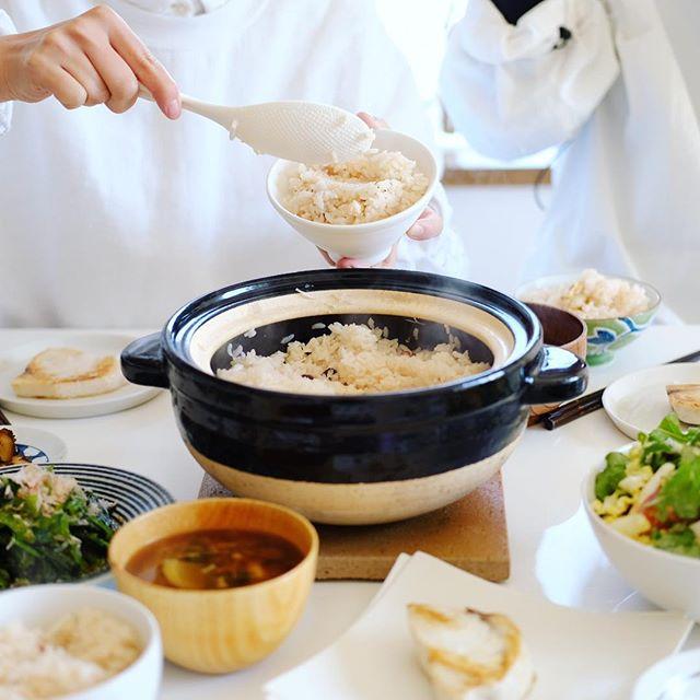 今日のお昼ごはんは、タコとホタテの炊き込みごはんパーティー。あと焼きめかじき、小松菜のおひたし、葉っぱいろいろのサラダ、大根ときのこのお味噌汁、おすそ分けでもらった菊芋の味噌漬け。うまい! (Instagram)