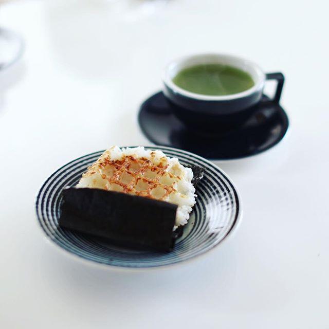 オニギリッフル&べにふうき茶でグッドモーニング。花粉症対策に今日からべにふうき茶も導入してみたー。うまい!ー#ef50mmf12l (Instagram)