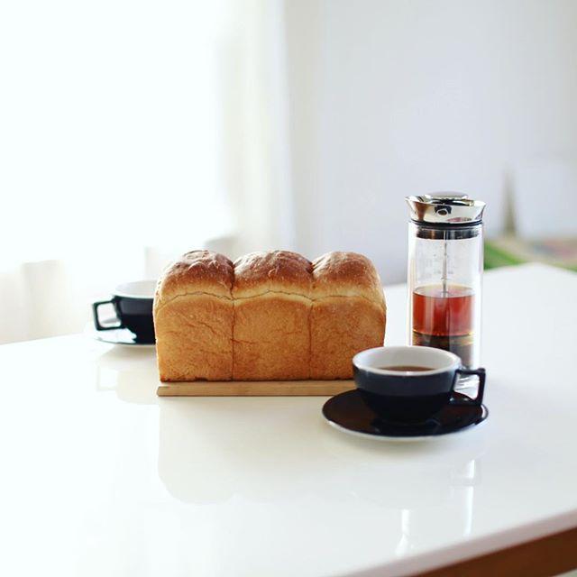 sakutaベーカリーの湯種食パンでグッドモーニングコーヒー。きのう長久手の杁ヶ池公園から藤が丘まで歩いたら、先月オープンしたばかりの新しいパン屋さんが途中にあったので一本買ってみたー。うまい! (Instagram)