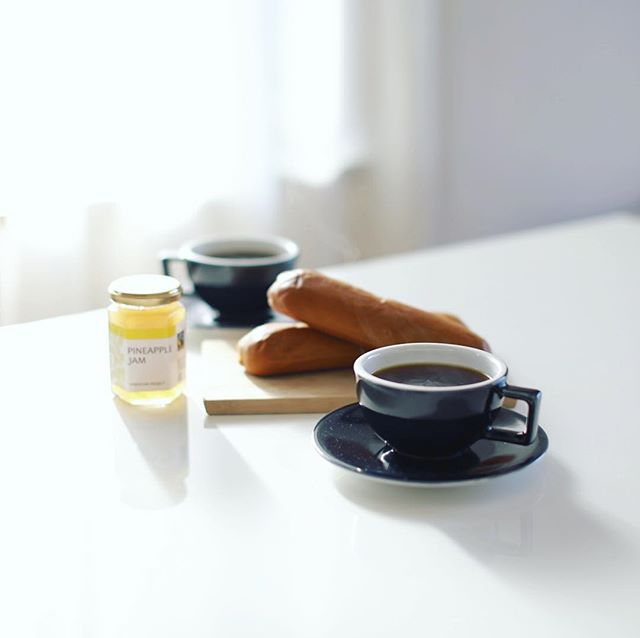 コッペパンwithパイナップルジャムでグッドモーニングコーヒー。うまい! (Instagram)